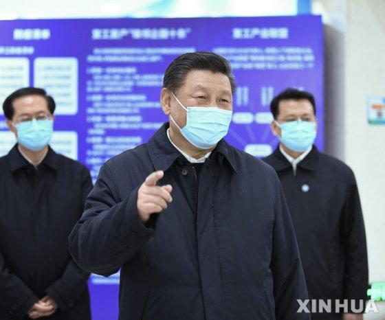 [닝보(중 저장성)=신화/뉴시스] 29일 중국 시진핑 국가주석이 저장성 닝보(寧波) 베이룬구의 한 자동차 부품 공장을 시찰하면서 관계자들과 대화를 나누고 있다. 2020.03.30
