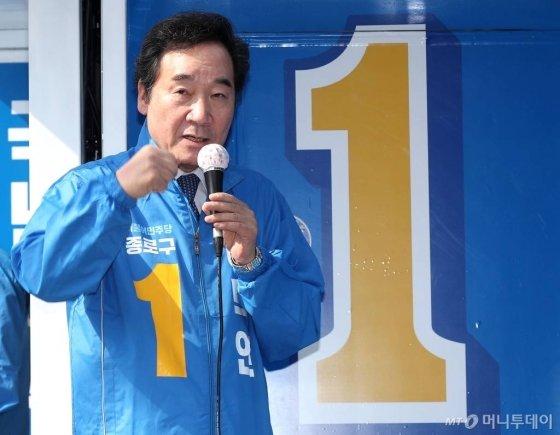 제21대 총선에서 서울 종로구에 출마한 더불어민주당 이낙연 후보가 2일 오후 서울 경복궁역 인근에서 유세 활동을 하고 있다. / 사진=홍봉진 기자 honggga@