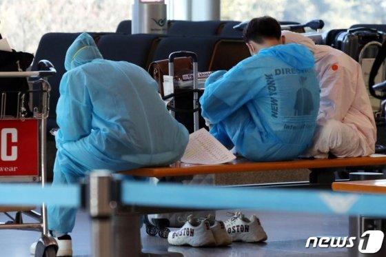 6일 오후 인천국제공항 입국장에서 입국자들이 의자에 앉아 있다. /사진=뉴스1