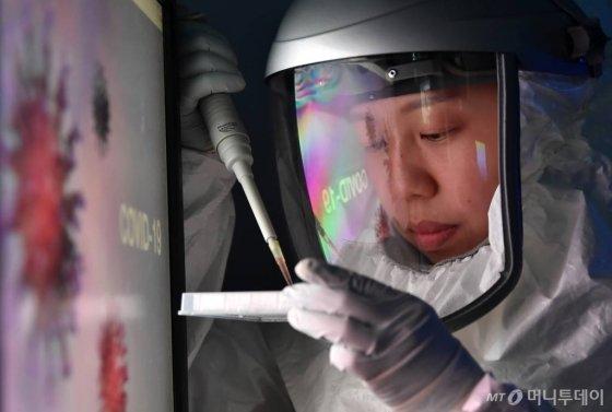 자료사진. 기사와 관계없음. [성남=뉴시스] 김종택 기자 = 신종코로나바이러스 감염증(코로나19) 확산이 장기화되면서 백신 및 치료제 연구개발이 활발히 이뤄지고 있는 가운데 30일 오후 경기 성남시 한국파스퇴르 연구소에서 연구원들이 치료제 개발을 위한 약물재창출 연구를 진행하고 있다. 2020.03.30.semail3778@naver.com