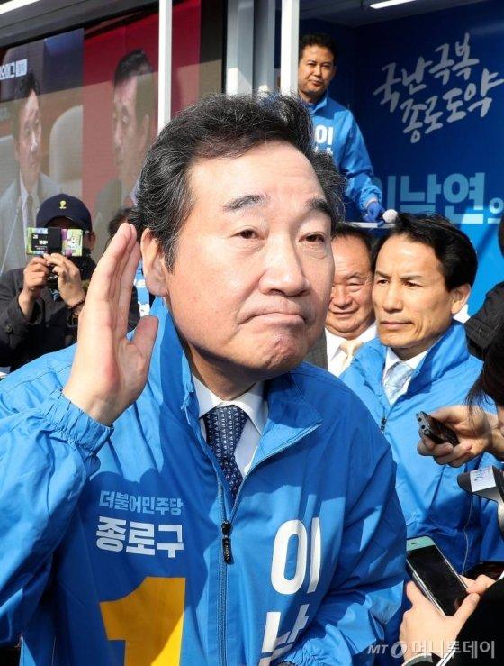 제21대 총선에서 서울 종로구에 출마한 더불어민주당 이낙연 후보가 2일 오후 서울 경복궁역 인근에서 유세 활동을 하던 중 한 시민의 목소리에 귀를 기울이고 있다. / 사진=홍봉진 기자 honggga@