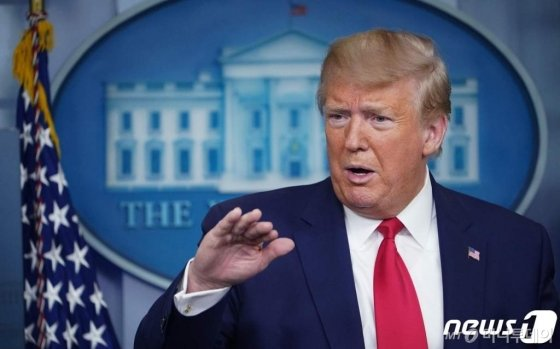 (워싱턴 AFP=뉴스1) 우동명 기자 = 도널드 트럼프 미국 대통령이 6일(현지시간) 워싱턴 백악관에서 코로나19 TF 일일 브리핑서 발언을 하고 있다.   ⓒ AFP=뉴스1