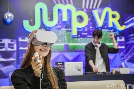 SK텔레콤 홍보 모델들이 VR기기 '오큘러스 고'를 착용하고 '버추얼 소셜 월드' 서비스를 체험 중인 모습./사진=SK텔레콤