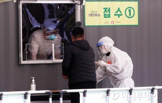 국내 '코로나19' 확진자가 1만명을 넘어선 3일 오후 서울 송파구 잠실종합운동장에 설치된 '해외 입국자 전용 워킹스루 선별진료소'에서 의심환자들이 검사를 받고 있다. / 사진=김휘선 기자 hwijpg@