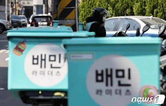 6일 서울 마포구 배민라이더스 중부지사에 배달 오토바이가 줄지어 서있다./사진=뉴스1