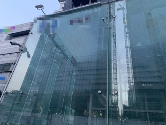 지난 6일 찾은 서울 강남구 역삼동 한 유흥업소가 '임시휴업'으로 굳게 닫혀 있다. 해당 업소에서 확진자가 근무했던 사실이 알려지며 논란이 됐다./사진= 임찬영 기자