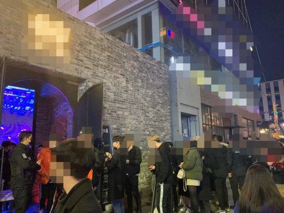 지난달 8일 오전 0시 6분쯤 서울 서초구에 위치한 A 클럽이 영업을 재개했다. 이날 A 클럽은 역대 최고 손님을 기록한 것으로 알려졌다. A 클럽은 지난달 10일 코로나 사태를 의식한 듯 다시 휴업을 선언했지만 4일 만인 지난달 14일 영업을 재개했다./사진= 임찬영 기자