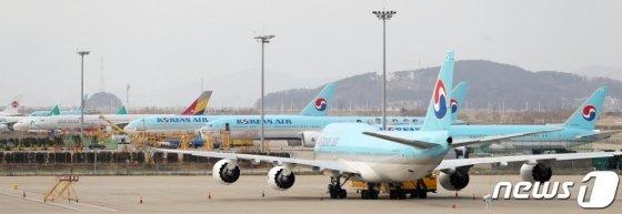 인천국제공항 제2여객터미널 계류장에 대한항공 여객기들이 멈춰 서 있는 모습