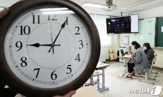 7일 경기 의왕 갈뫼중학교에서 교사들이 학생들의 원격수업 테스트를 하고 있다./뉴스1