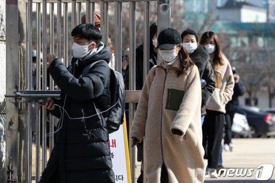 지난 2월 9일 서울 마포구 성산중학교에서 영어능력 평가시험인 토익(TOEIC)을 마친 응시자들이 시험을 마치고 발걸음을 옮기고 있다. 이날 시험이 치러진 이후 두 달 넘게 코로나 감염 예방을 위해 시험이 치러지지 않고 있다./사진= 뉴스1