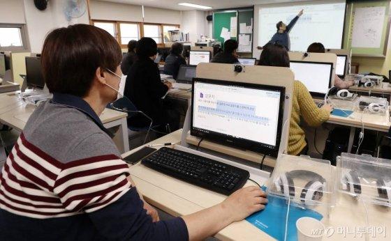 온라인 개학을 하루 앞둔 8일 서울시내 한 중학교에서 교직원들이 온라인 수업 준비를 위한 교육을 받고 있다./사진=김휘선 기자