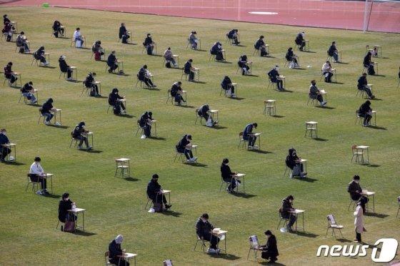 지난 4일 오전 경기도 안산시 단원구 안산와스타디움에서 열린 안산도시공사 상반기 공개채용 야외 필기시험에서 응시자들이 시험 시작을 기다리고 있다.  /사진= 뉴스1