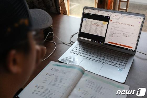 [사진] 학교 대신 집에서 원격수업...'온라인 개학'