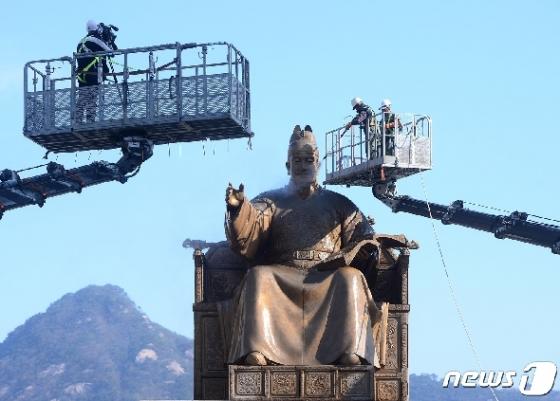 [사진] 세종대왕 동상 '목욕중'