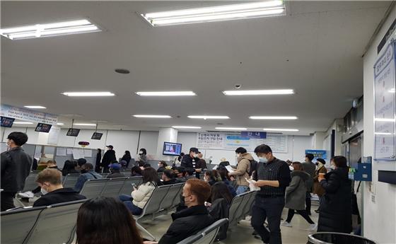 추미애, '체류 만료 임박' 외국인 6만명 직권 연장…