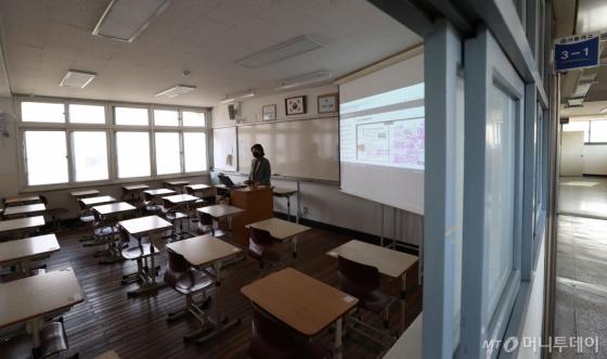 [사진]'텅 빈 교실에서'