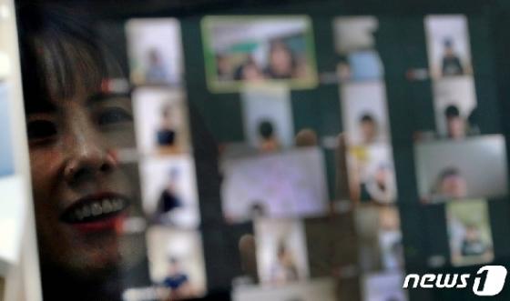 [사진] 중3·고3 온라인 개학…38일 만에 '화면 속' 선생님 만났다