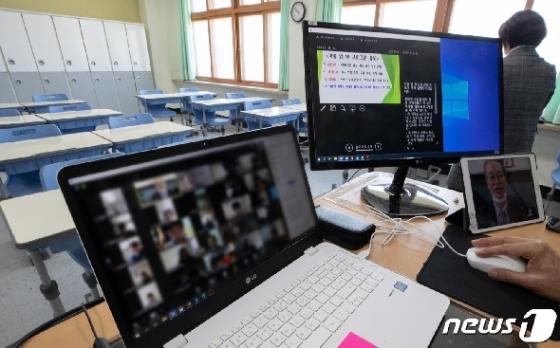 [사진] 온라인 개학 '교실 대신에 가정에서'