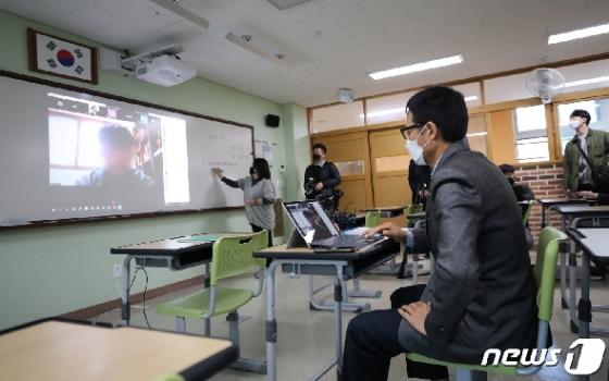 [사진] '드디어 개학' 고3 온라인 출석 확인