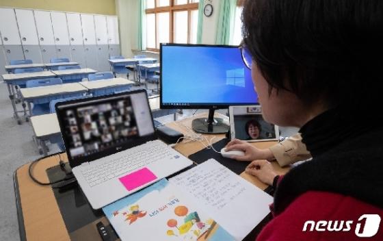 [사진] 영상 속으로 만나는 학생들 '온라인 개학 첫 날'