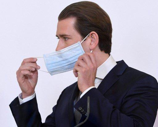 제바스티안 쿠르츠 오스트리아 총리가 지난 6일(현지시간) 경제재개 로드맵을 발표한 기자회견에서 잠시 마스크를 벗고 있다./사진=AFP
