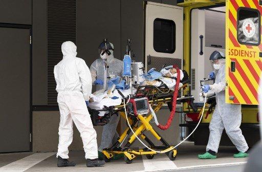3월 26일 독일 동부 드레스덴의 한 대학병원에서 의료진들이 추가 치료를 위해 이탈리아에서 온 코로나19 환자를 이송하고 있다./사진=AFP