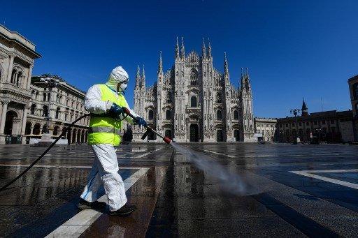 3월 31일(현지시간) 이탈리아 밀라노의 두오모 성당 앞에서 방역작업이 진행되고 있다./사진=AFP