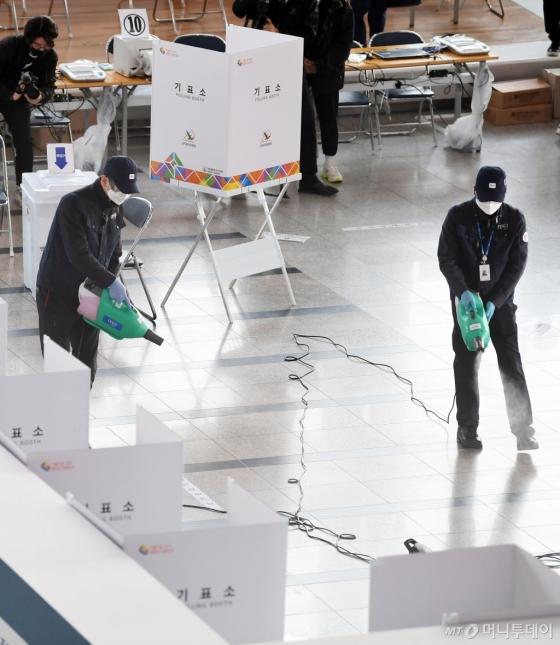 [사진]'사전투표 D-1' 방역작업 실시