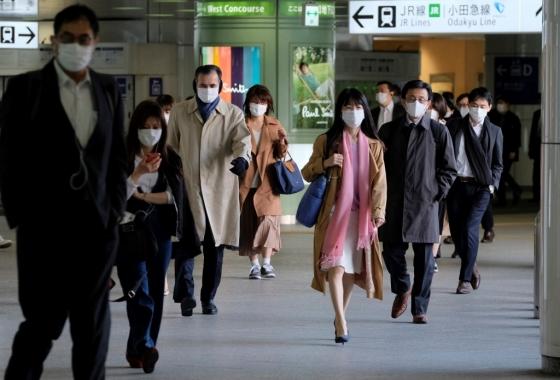 긴급사태 후 이틀… 도쿄 '최다 확진' 거리엔 '인파'