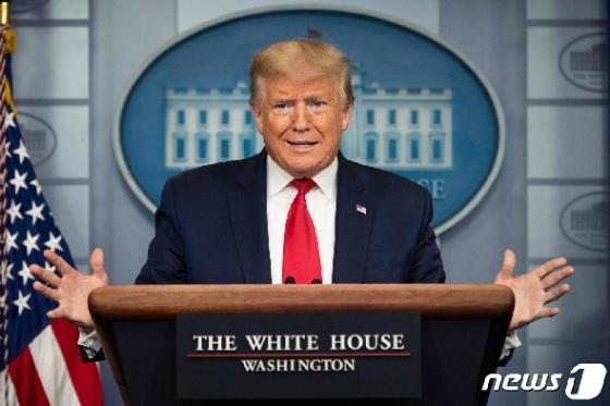 [사진] 코로나19 브리핑서 발언하는 트럼프