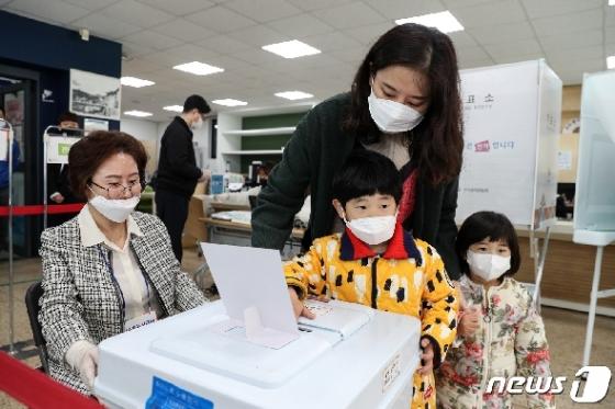 [사진] '미래의 유권자와 함께 투표'