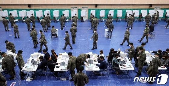 [사진] 군인들의 사회적 거리두기 투표