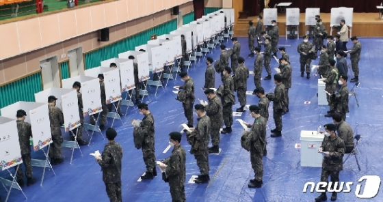 [사진] 거리유지하며 투표 대기