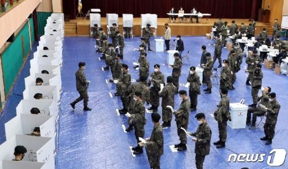 [사진] 4.15총선 사전투표 나선 군 장병들