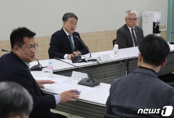 [사진] 제1차 생활방역위원회 주재하는 박능후 장관