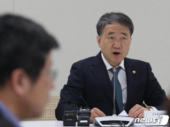 [사진] 생활방역위 모두 발언하는 박능후 장관