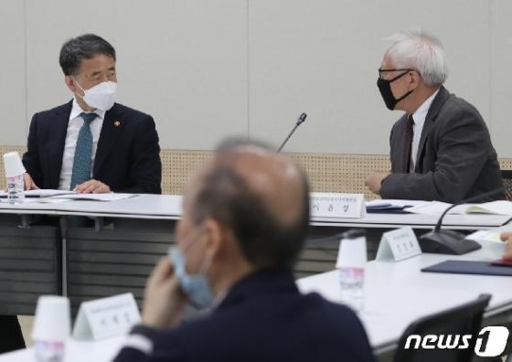 [사진] 박능후 장관 '생활방역 논의'