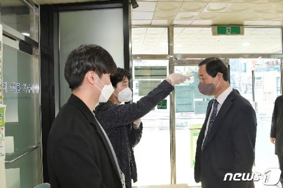 [사진] 문석진 서대문구청장 '투표 전 체온 측정'