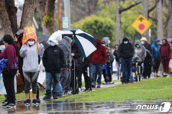 [사진] 빗속 음식 받으러 길게 줄 선 美 시민들