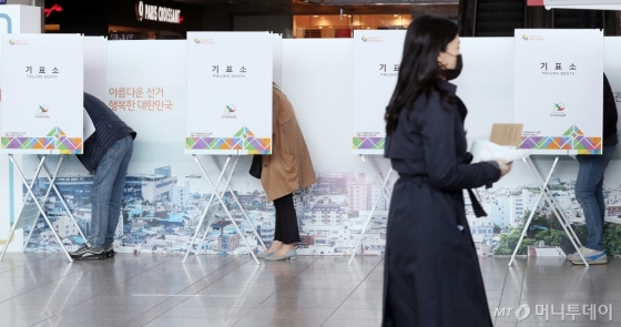 [사진]사전투표 시작, 유권자들의 소중한 기표