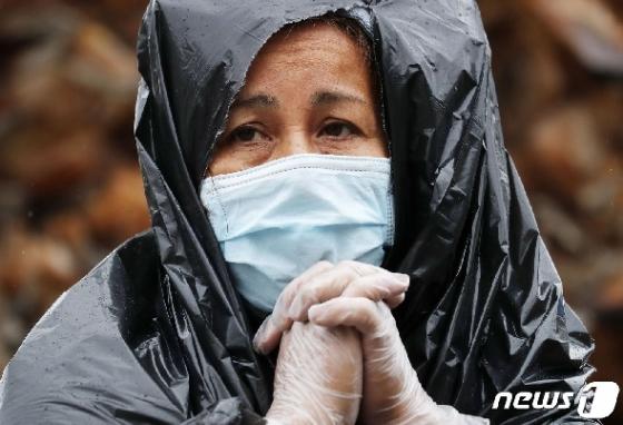 [사진] 음식 받으러 빗속 쓰레기봉투 둘러쓴 美 시민