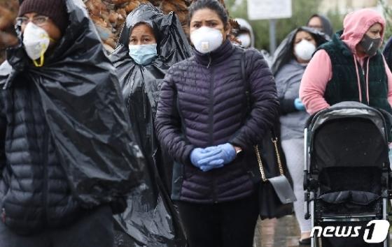 [사진] 빗속 쓰레기봉투 쓰고 음식 받으러 줄 선 美 시민들