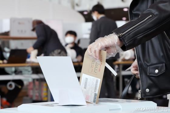 [사진]'코로나19'가 바꾼 비닐장갑 투표