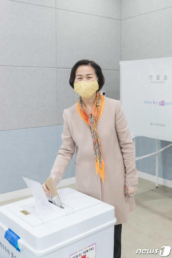 [사진] 사전투표하는 김수영 양천구청장