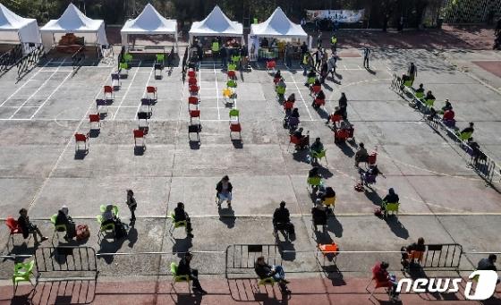 [사진] 음식 사러 의자 앉아 줄 선 알제리 시민들