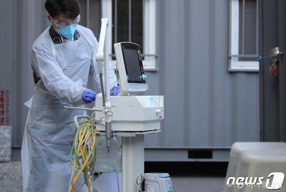 (대구=뉴스1) 공정식 기자 = 31일 신종 코로나바이러스 감염증(코로나19) 지역거점병원인 대구 중구 계명대 대구동산병원에서 병원 관계자가 격리병동에서 코로나19 확진자 진료에 사용하다가 고장난 인공호흡기 장치를 수리업체에 보내기 위해 소독하고 있다. 2020.3.31/뉴스1
