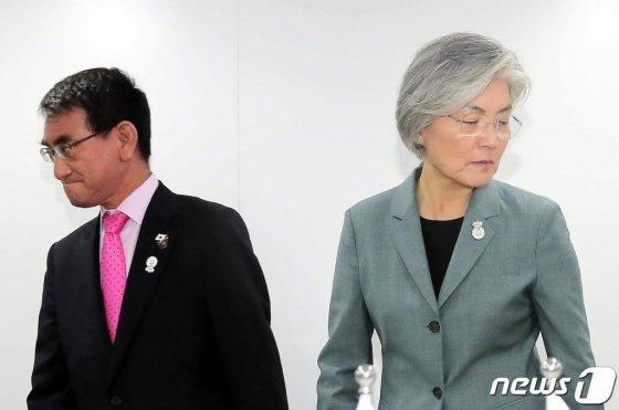 강경화 외무장관(오른쪽)과 고노 다로 일본 외무상/사진=뉴스1