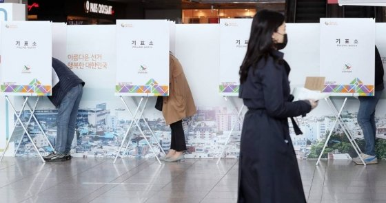 제21대 국회의원 선거 사전투표 첫날인 10일 오전 시민들이 서울역 대합실에 마련된 남영동 사전투표소에서 투표를 하고 있다. / 사진=김휘선 기자 hwijpg@