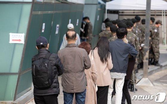 제21대 국회의원선거 사전투표 첫 날인 10일 오후 서울 용산구의회에 마련된 이태원 제1동 사전투표소에서 군 장병들과 시민들이 투표소에 들어가기 위해 줄을 서 있다. 이날 오후 3시 기준 전국 4399만4247명 유권자 중 373만5351명이 사전투표에 참여한 것으로 집계, 역대 최고 투표율 흐름을 이어가고 있다. 2020.4.10/뉴스1 © News1 이재명 기자