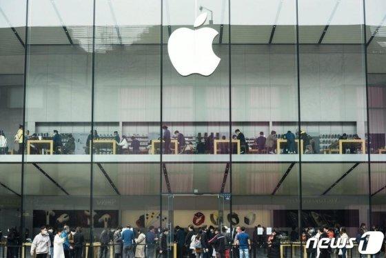 (항저우 AFP=뉴스1) 우동명 기자 = 8일(현지시간) 코로나19 확산 속 저장성 항저우의 애플 매장이 재개장하자 마스크를 쓴 고객들이 북적이고 있다.    ⓒ AFP=뉴스1